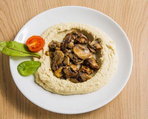 vegetarischer snack hummus classic mit pilzen