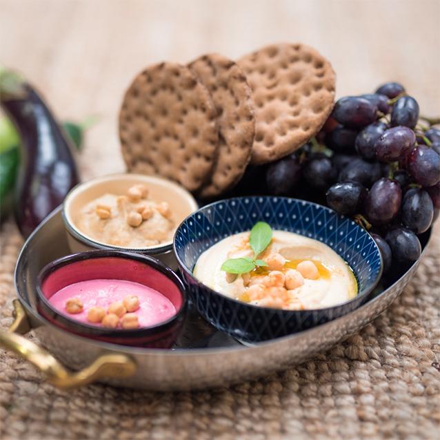 picknick snack hummus mit cracker und trauben