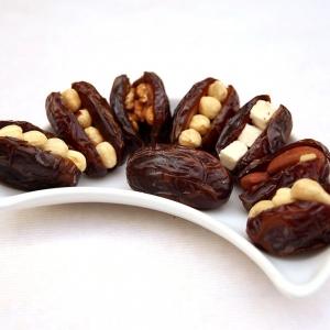 gesunde süßigkeit gefüllte datteln momen food